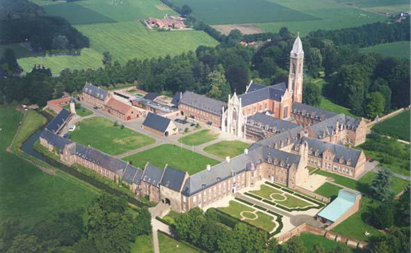 Het groen ligt de prachtig gerestaureerde abdij van tongerlo de abdij